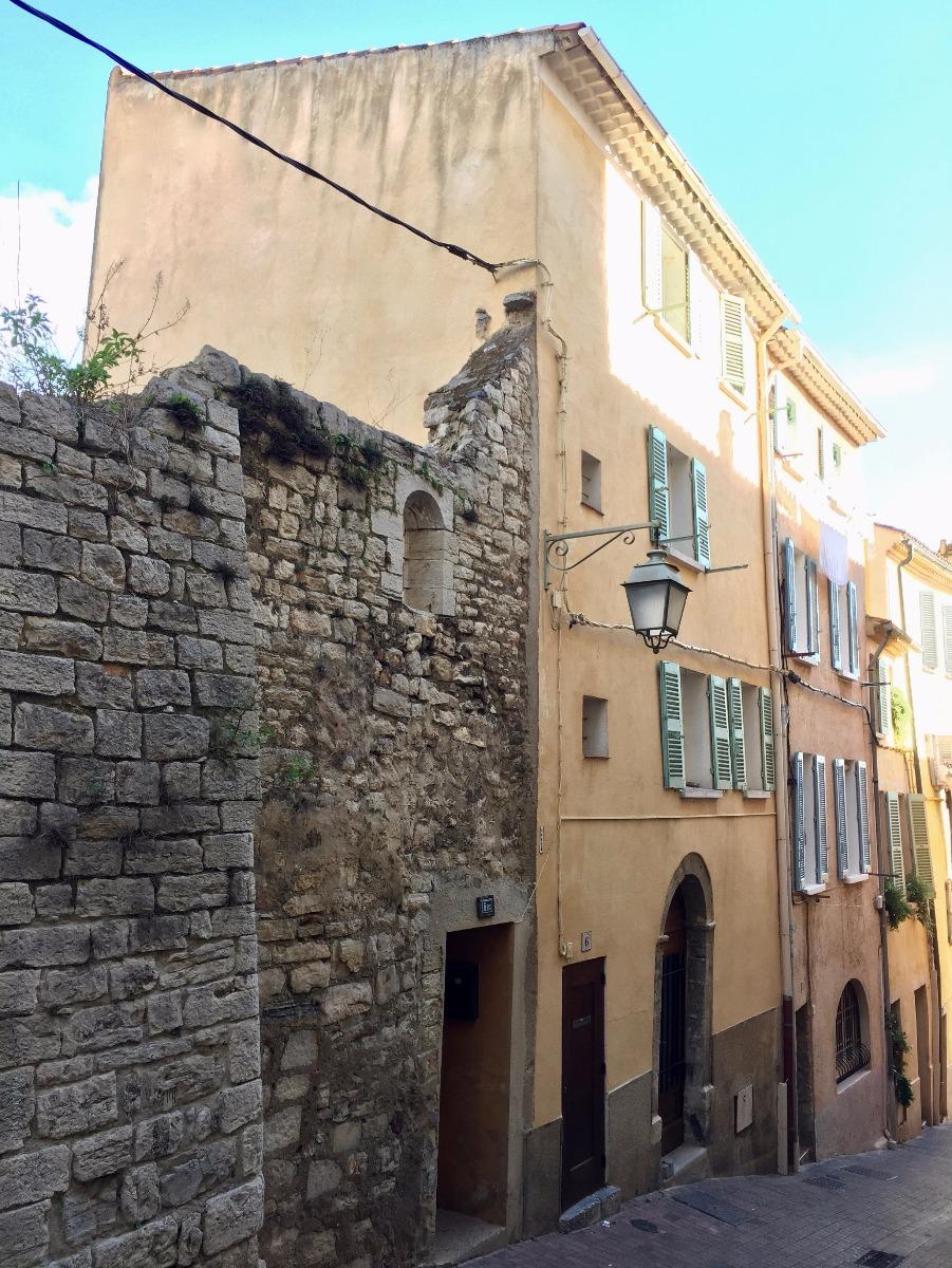 Vente exclusivite maison de ville hyeres coeur medieval for Garage victoria toulon